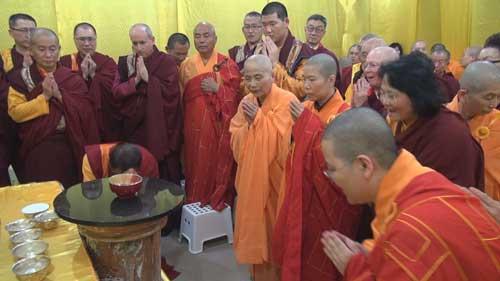 眾人在現場看到佛陀降下甘露穿過房頂和水晶缽蓋進入缽中 2